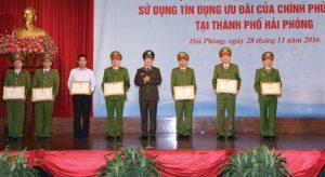 images1317112_thu_truong_trao_bang_khen